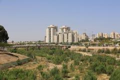 Drymby Bridżowe i nowożytni budynki w Piwnym Sheba, Izrael Zdjęcie Stock
