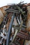 Drymby i tubki, ferrous złomowy żelazo w zbiorniku fotografia stock