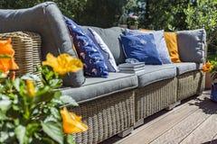 Drynduli ogrodowa kanapa z poduszkami obrazy stock