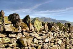 Drystone стена с ромбовидным верхним камнем стоковая фотография