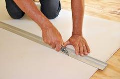 Drywall da estaca do homem com faca de serviço público Fotografia de Stock
