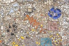 Drzazgi biała ceramiczna płytka na cemencie Tekstura bielu kawałki przeciw ciemnemu tłu Biała mozaika na ściennej teksturze fotografia royalty free