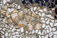 Drzazgi biała ceramiczna płytka na cemencie Tekstura bielu kawałki przeciw ciemnemu tłu Biała mozaika na ściennej teksturze obrazy stock
