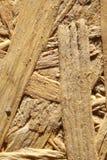 Drzazgi naciskający drewno na piasku obraz stock