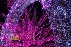 Drzewa i archways dekorowali z rozjarzonymi purpurowymi neons zdjęcie royalty free