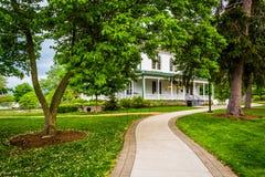 Drzewa i budynek wzdłuż ścieżki przez Gettysburg szkoły wyższa, Penn Obraz Stock