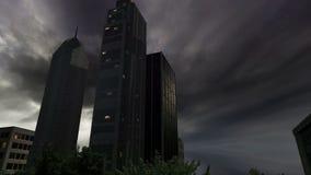 Drzewa i budynki wśrodku round ziemi przy chmurnym dniem zdjęcie wideo