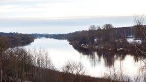 Drzewa i domy na brzeg rzeki Fotografia Royalty Free
