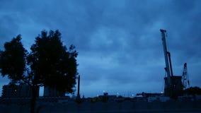Drzewa i ulica przy świtem z chmurnym niebem zbiory