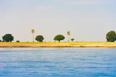 Drzewa na banku rzeczny Irrawaddy, Mandalay, Myanmar, Birma Odbitkowa przestrzeń dla teksta zdjęcie stock