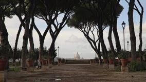 Drzewa r w alei blisko pomarańcze ogródu, Rzym, Włochy Giardino degli Aranci, wietrzny wiosna dzień Zamknięty puszka real zbiory