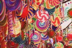 Drzewa z kolorowym wielkim lizaka cukierkiem Dekorują obraz stock
