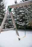Drzewna huśtawka w zimy wieszać osamotniony Obraz Royalty Free