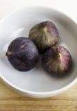 Drzewne dojrzałe figi w ceramicznym pucharze Obraz Royalty Free