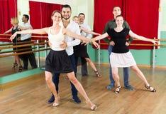 Drzewne eleganckie pary tanczy walc ja obrazy royalty free