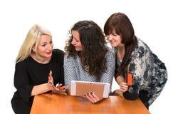 Drzewne uśmiechnięte kobiety z pastylka komputerem osobistym Obrazy Royalty Free