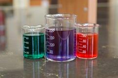 Drzewne zlewki z kolorowymi substancjami chemicznymi Fotografia Stock