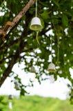 Drzewnej dekoraci ceramiczni dzwony obrazy royalty free