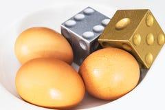 Drzewni jajka z Złotym i srebnym dices Zdjęcia Royalty Free
