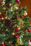 drzewni kolorowi Boże Narodzenie ornamenty fotografia stock
