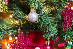 drzewni kolorowi Boże Narodzenie ornamenty obraz royalty free