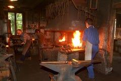 Drzewny blacksmith pracuje w smithy przy Ballenberg Obrazy Stock