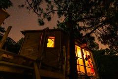 Drzewny dom pod nocnym niebem z gwiazdami obraz royalty free