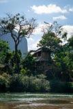 Drzewny dom przy nam pieśniową rzeką w Vang Vieng, Laos zdjęcie stock