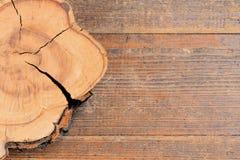 Drzewny fiszorek na drewnianym tle z kopii przestrzenią dla teksta Drewniany tekstury tło osiki przecinający wysoka rozdzielczość Fotografia Stock