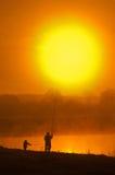 Drzewo blisko jeziora na wschodzie słońca Obrazy Stock