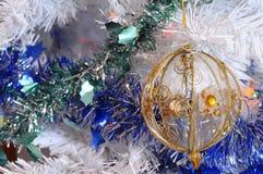 Drzewo, boże narodzenie piłki i świecidełko, Zdjęcia Stock