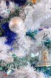 Drzewo, boże narodzenie piłki i świecidełko, Fotografia Royalty Free