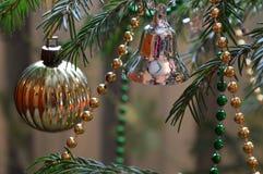 Drzewo dekorował z zabawkami i koralikami dla bożych narodzeń Obraz Royalty Free