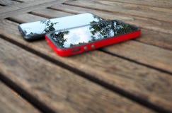Drzewo i niebo odbijający w telefonie komórkowym Obrazy Royalty Free