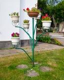 Drzewo kwiatu kształtny stojak w parku fotografia stock