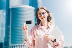 drzewo pola Czarny pusty kredyt, biznes, dzwoniący, odwiedzający kartę w ręce młody bizneswoman, stoi outdoors Obraz Stock