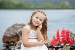drzewo pola Szczęśliwego dzieciństwa beztroska gra na otwartym piasku Pojęcie spoczynkowa Mała śliczna dziewczyna i szkarłat żegl zdjęcie stock