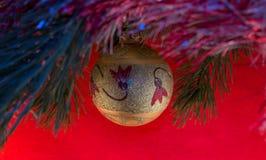 Drzewo zabawka: złoty, żółty, balowy, boże narodzeniu i nowy roku na sosny gałąź, dekorował z złocistymi koralikami na błękitnym  Zdjęcia Royalty Free