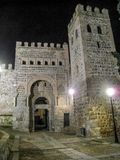 Drzwi Alfonso szósty przy nocą w ścianie Toledo obrazy stock