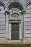 Drzwi baptistery przy piazza dei miracoli w Pisa Obrazy Stock