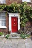drzwi do domu georgian czerwone. obrazy stock