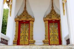 Drzwi i okno świątynia ozdabiali w zawiły sposób drewnianymi cyzelowaniami w złotym kolorze przedstawia Buddha życie zaznajamiają zdjęcie stock