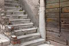 Drzwi i schody zaniechany śródziemnomorski dom Obrazy Royalty Free