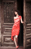 drzwi kobieta smokingowa czerwona Zdjęcia Royalty Free