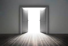 Drzwi odkrywczy jaskrawy światło Fotografia Royalty Free