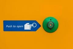Drzwi pchnięcia otwarty guzik w zieleni Obraz Royalty Free
