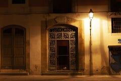 Drzwi przy dzielnicą el Znoszącą przy nocą z latarniami ulicznymi, Barcelona, Hiszpania obraz stock