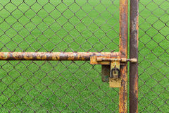 Drzwi rdzewiejący żelaza ogrodzenie blokujący nie używa gazon obrazy stock