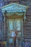 Drzwi stary dom zasadzał w ziemi Obrazy Royalty Free