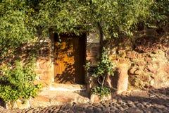 Drzwi starzy brukowowie i dom Zdjęcia Royalty Free